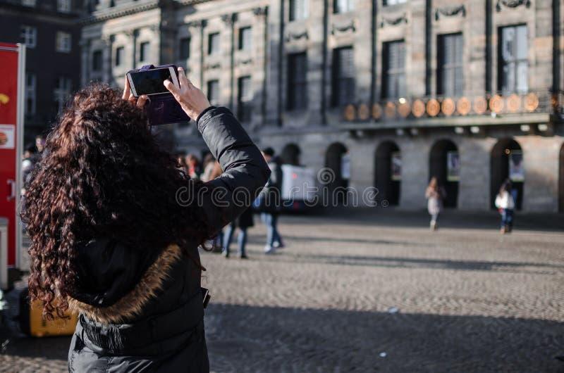 Fotografía de una muchacha en las calles de Amsterdam foto de archivo libre de regalías