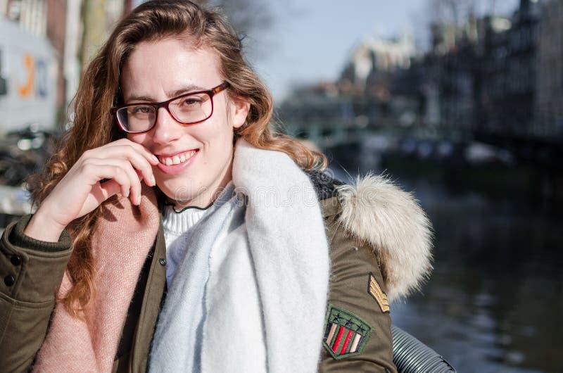 Fotografía de una muchacha en las calles de Amsterdam imagenes de archivo