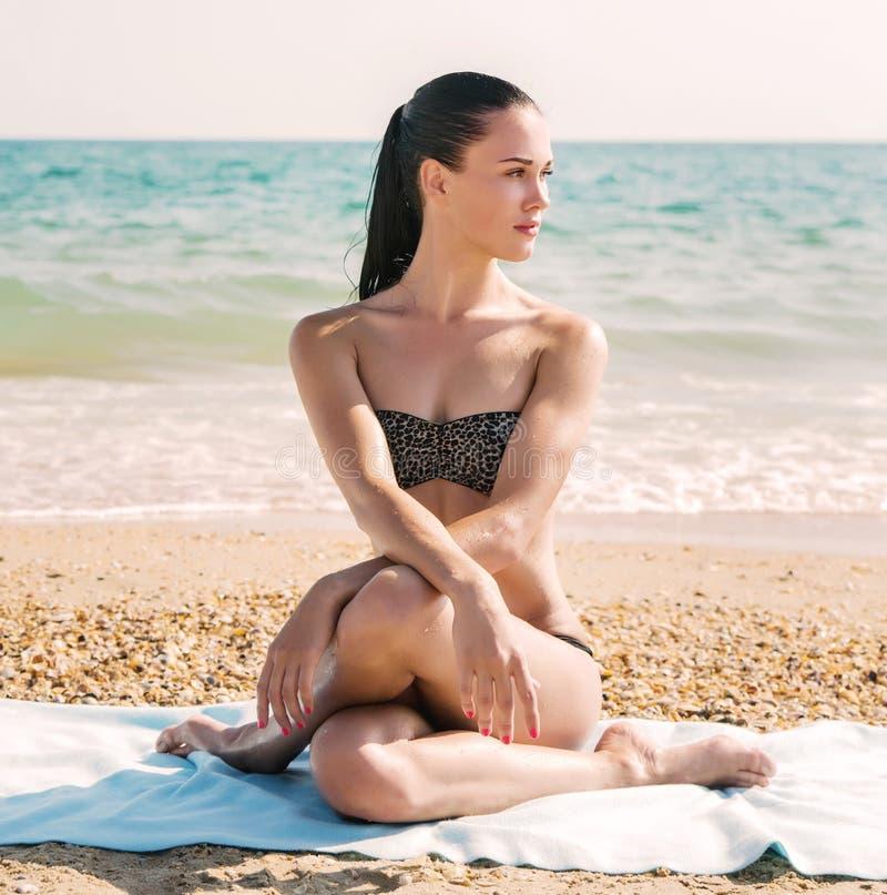 Fotografía de una mujer hermosa que se relaja en una playa en las ondas imagen de archivo libre de regalías