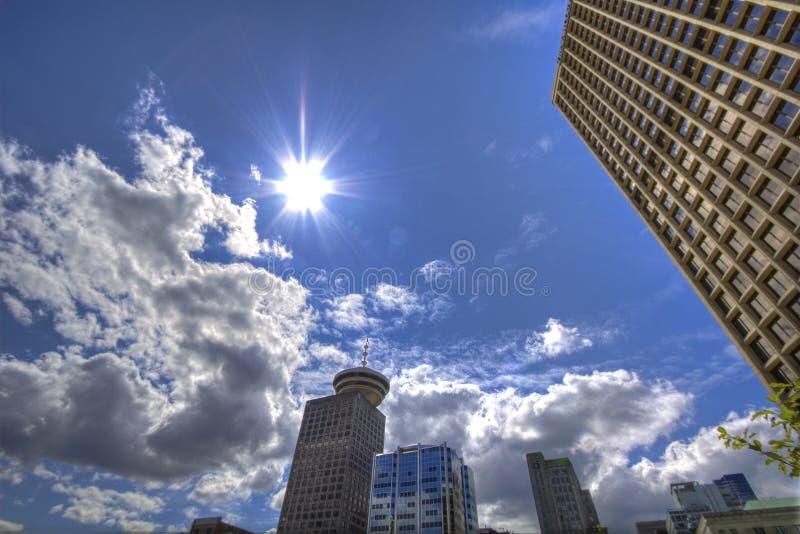 Fotografía del ángulo bajo de rascacielos bajo blanco y de Gray Cloudy Blue Sky en el d3ia foto de archivo libre de regalías