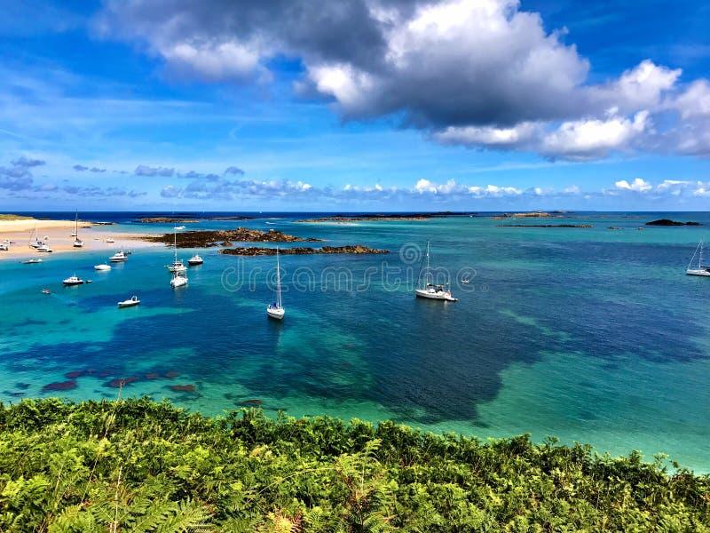 Fotografía del alto ángulo de la playa con los barcos de navegación debajo del cielo azul y de Gray Clouds fotografía de archivo libre de regalías
