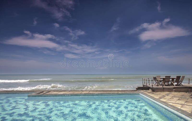 Banco, piscina, y playa imagenes de archivo