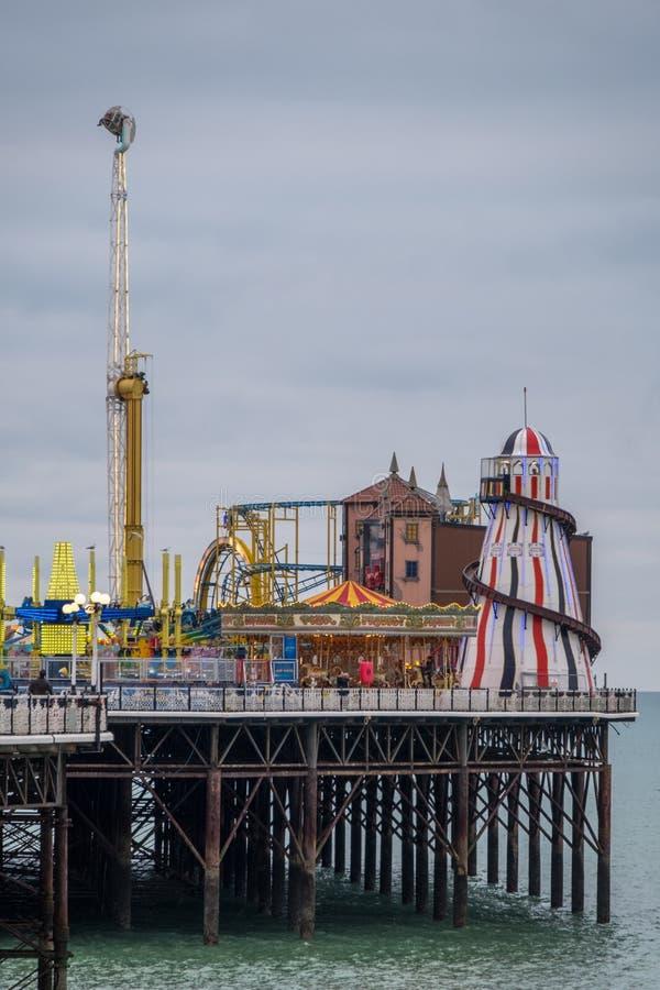Fotografía del embarcadero del palacio, Brighton, East Sussex Reino Unido, mostrando el funfair en el extremo lejano imagenes de archivo