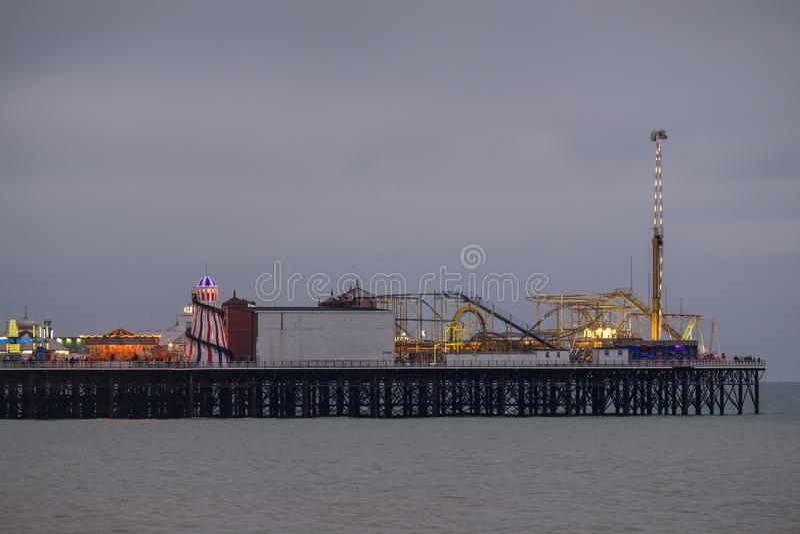 Fotografía del embarcadero del palacio, Brighton, Sussex Reino Unido, mostrando el funfair en el extremo lejano imagen de archivo libre de regalías