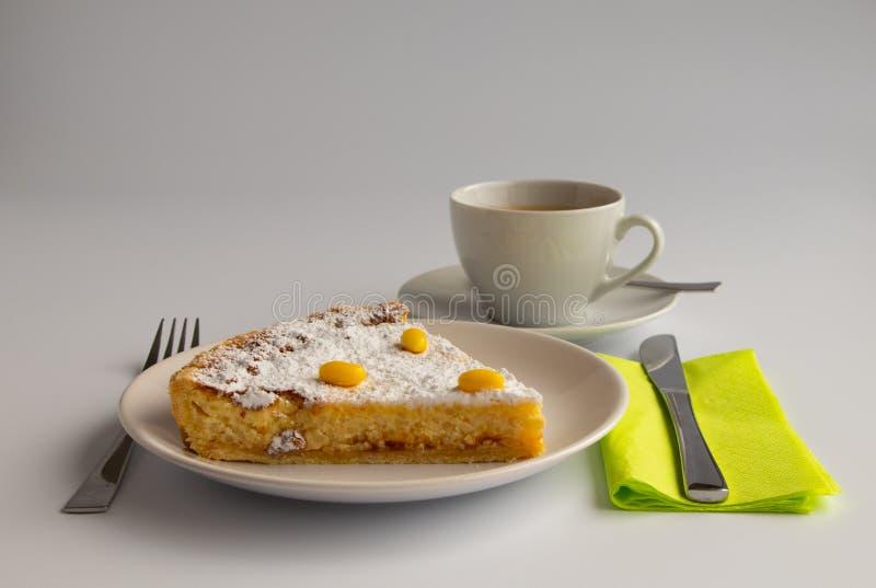 Fotografía del estudio de la torta suiza de Pascua con colores en colores pastel verdes y amarillos imágenes de archivo libres de regalías