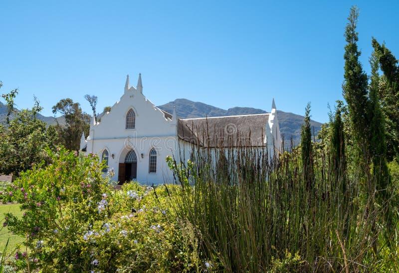 Fotografía del restaurado blanqueado, iglesia reformada holandesa en pinón en la calle principal en Franschhoek, Suráfrica imagenes de archivo