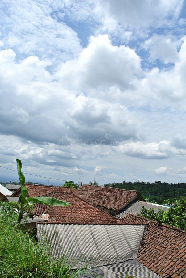 Fotografía del scape de la ciudad con la vista al azar de las construcciones, del cielo y de las nubes de viviendas por la mañana imagen de archivo libre de regalías