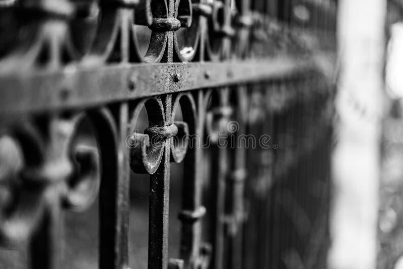 Fotografía del viejo estilo de la cerca del vintage hecha del hierro con beautifu imagenes de archivo