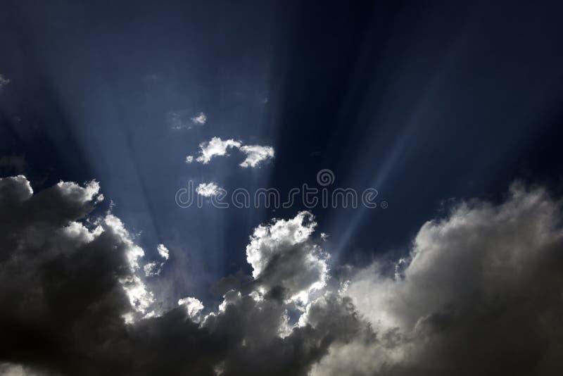 Fotografía en color de la luz del sol en cielo foto de archivo