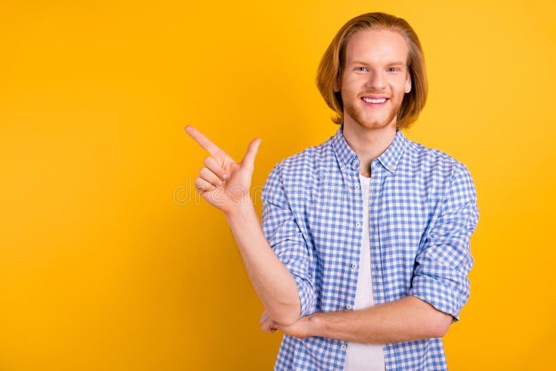 Fotografía en espacio de copias de un estudiante guapo señalando el espacio vacío lejos con el dedo índice de pie aislado con  imagenes de archivo