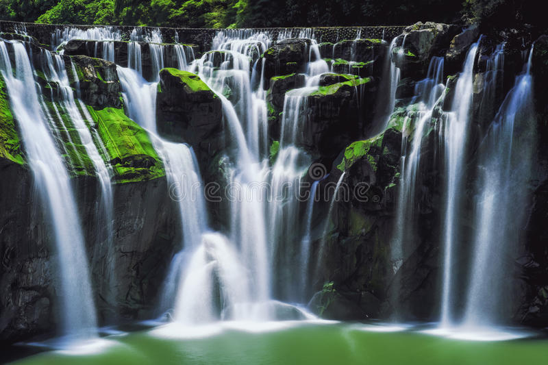 Fotografía larga de la exposición de la cascada de Shifen en Sunny Day en el distrito de Pingxi, nueva Taipei, Taiwán fotografía de archivo libre de regalías