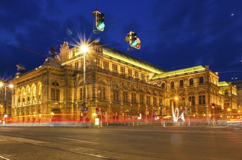Fotografía larga de la exposición del teatro de la ópera de Viena durante la noche con el rastro ligero fotografía de archivo libre de regalías