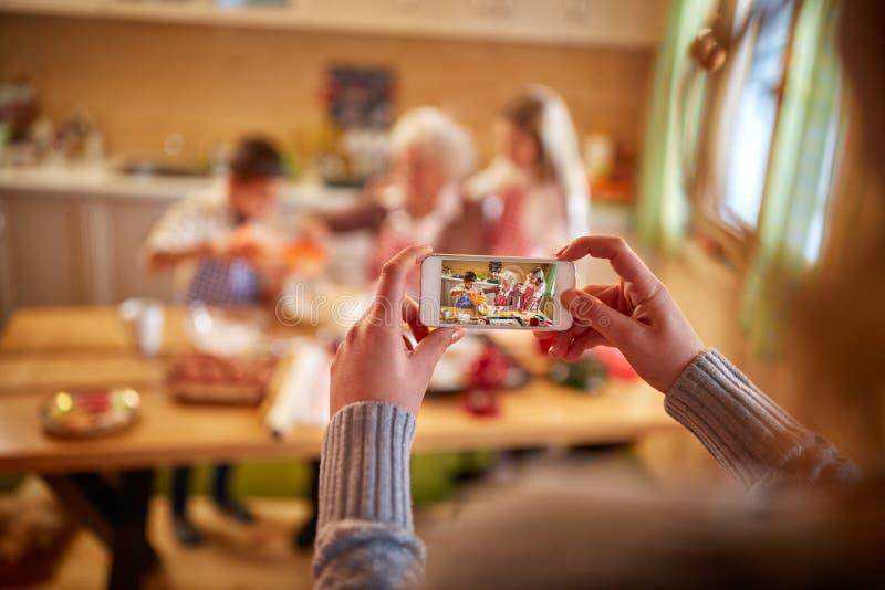 Fotografía móvil de la familia del tiempo de la Navidad foto de archivo