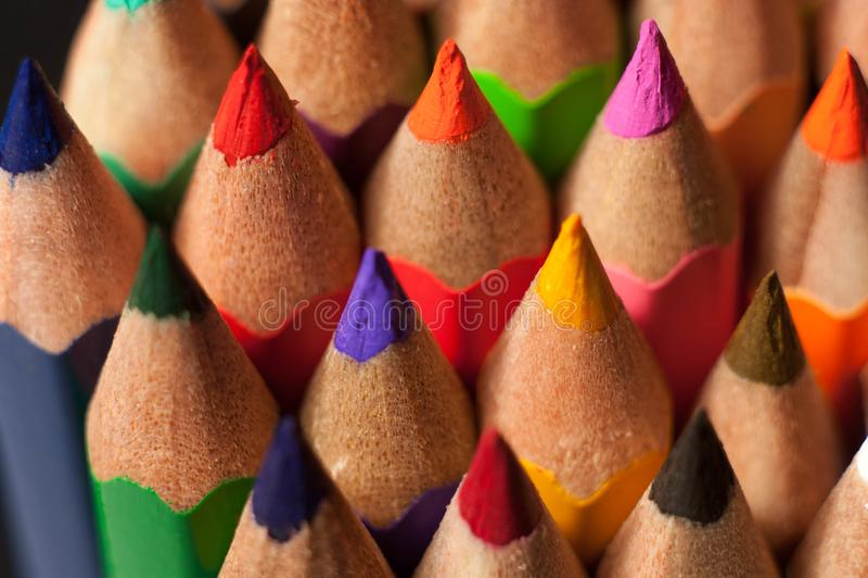 Fotografía macra de lápices coloreados Foto delantera de lápices fotos de archivo libres de regalías