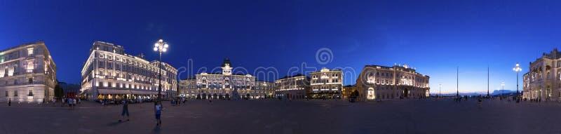 Fotografía panorámica de la plaza Unità d 'Italia en la oscuridad en la hora azul, Trieste, Italia foto de archivo