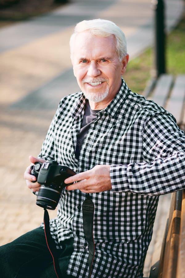 Fotografía que intenta del hombre maduro optimista fotografía de archivo libre de regalías