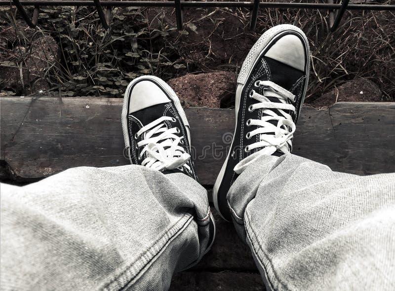 Fotografía urbana de la calle - zapatos de lona foto de archivo