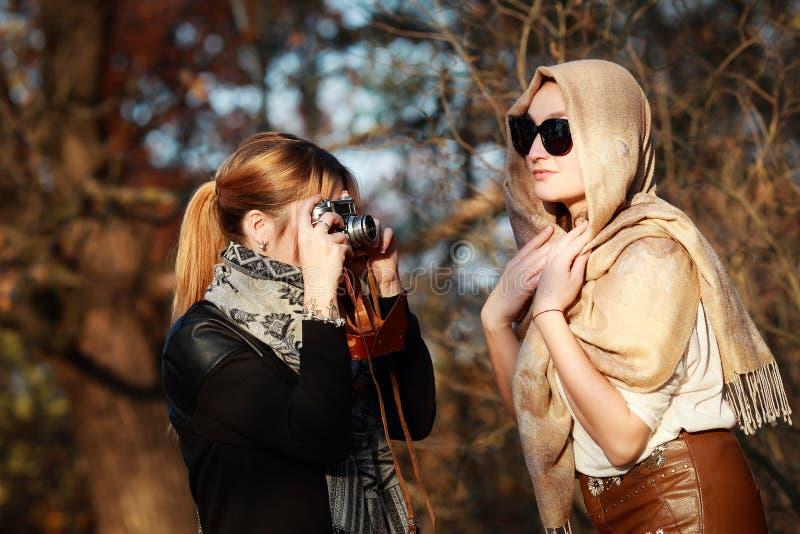 Fotografían a dos amigos en una cámara retra fotos de archivo