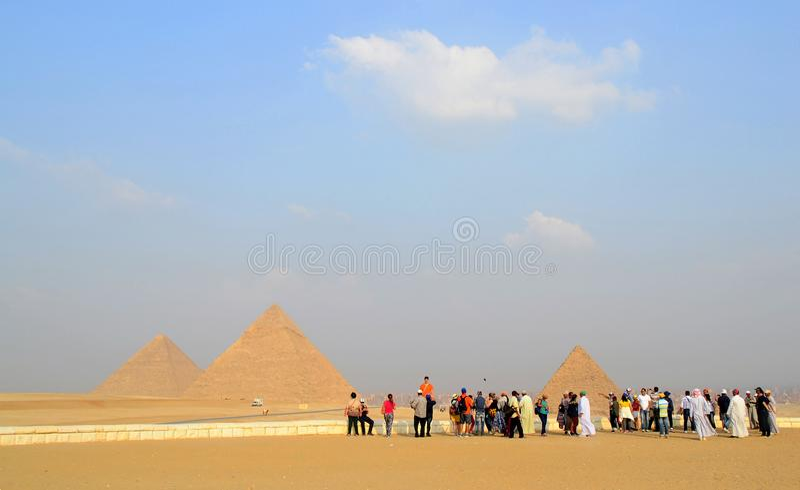 Fotografían a los turistas en el fondo de las pirámides fotografía de archivo