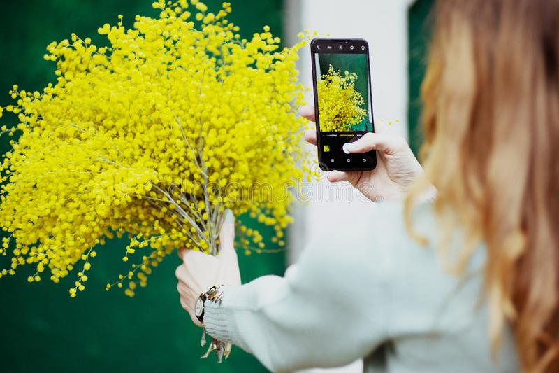 Fotografías de la muchacha su ramo en el teléfono, imagen, tecnología, día de fiesta fotografía de archivo libre de regalías