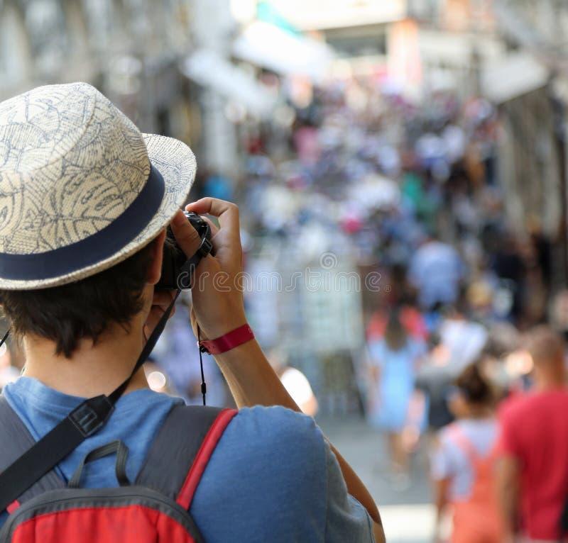 Fotografías del muchacho los turistas que caminan a lo largo de la calle fotos de archivo