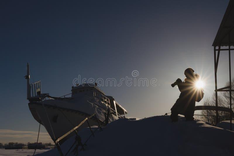 Fotografów podróżników pojęcie Rosjanina lodu schronienie blisko naczynia przy słonecznym dniem zdjęcia stock
