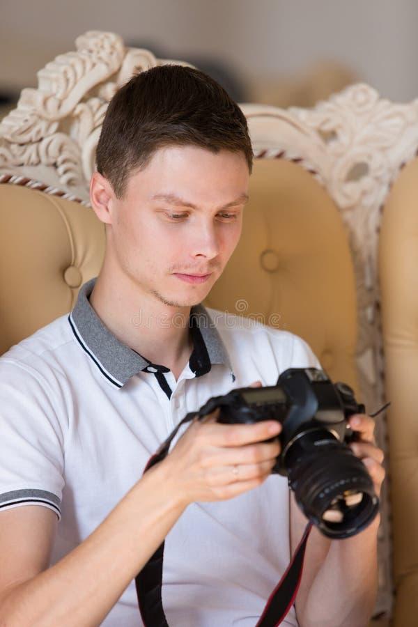 Fotografów spojrzenia w kamerze zdjęcia stock