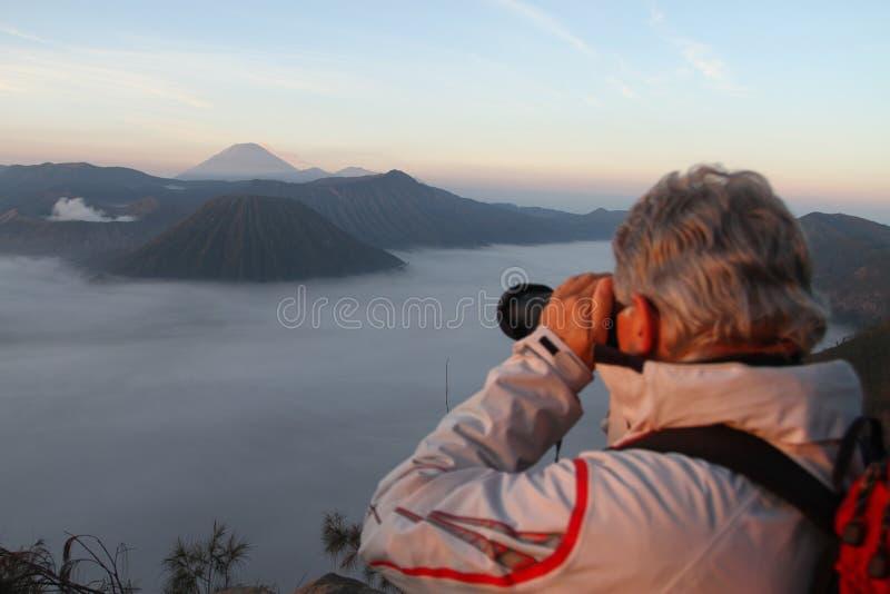 Fotograf bierze obrazek góra Bromo obraz stock