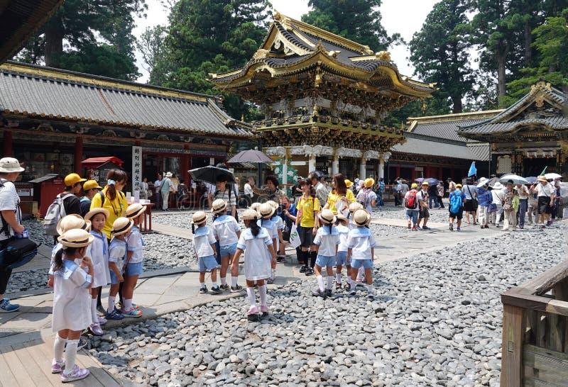 Fotograf bierze obrazek szkoła dzieciaki w Nikko, Japonia