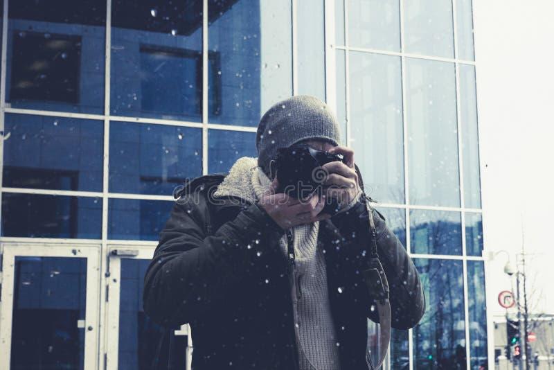 Fotograf bierze obrazek w lustrzanym w centrum Oslo mieście obrazy stock