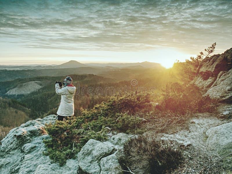 Fotograf bierze obrazek wysuszona lasowa Dramatyczna ziemia zdjęcie stock