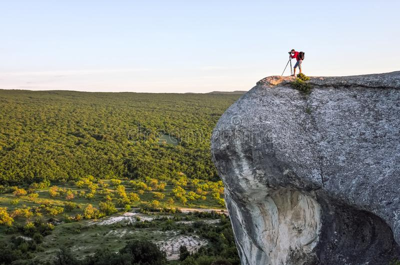 Fotograf bierze obrazki sceneria na skale fotografia stock