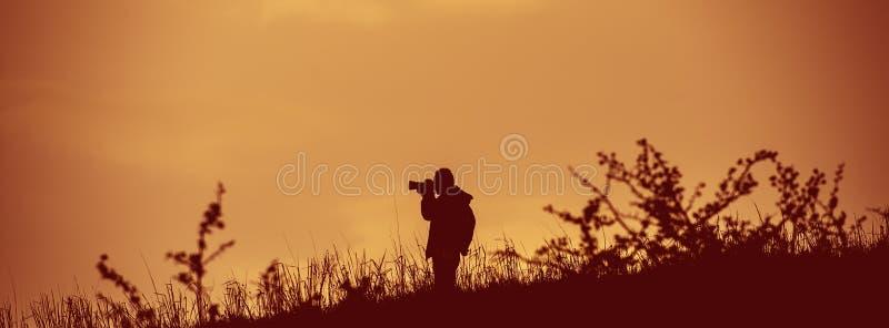 Fotograf bierze obrazki w dzikim Sieć sztandar obrazy royalty free