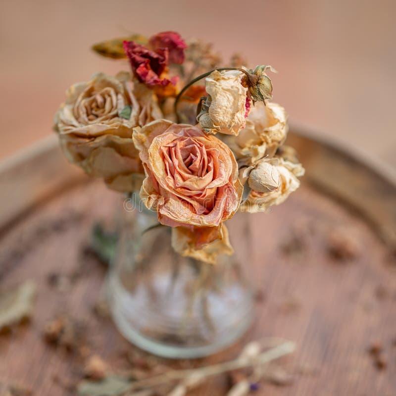 Fotograf?a del arte Las rosas marchitaron en un florero de cristal fotografía de archivo libre de regalías