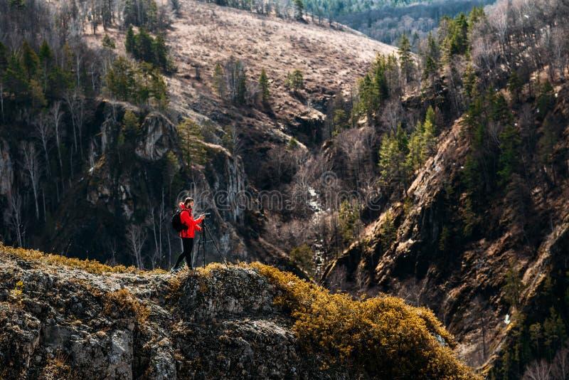 Fotograf in den Bergen Reisender in den Bergen Fotoausflüge Kampierende Reise Ausflüge in den Bergen fachmann lizenzfreies stockfoto