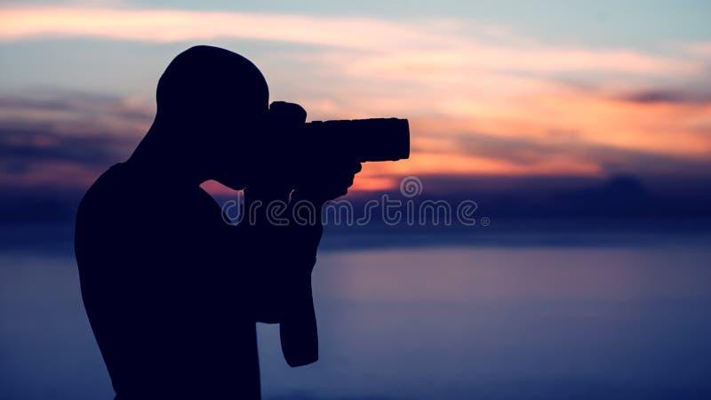 Fotograf, der draußen Foto macht lizenzfreies stockbild