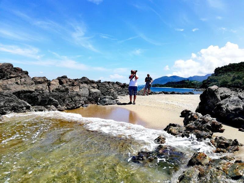Fotograf, der ein Foto des tropischen Strandes in Abra de Ilog, Mindoro macht lizenzfreies stockbild