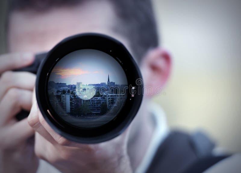 Fotograf, der ein Foto im Sonnenuntergang macht stockfoto