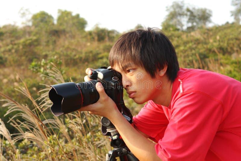 Fotograf, der Foto in der Landseite nimmt lizenzfreies stockbild