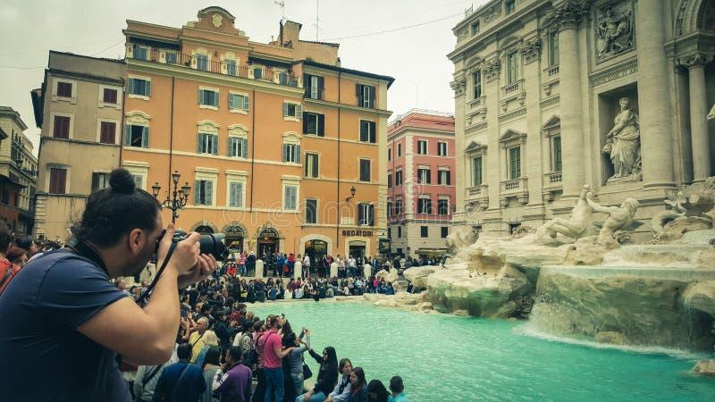 Fotograf, der Fotos an Trevi-Brunnen macht (Fontana di Trevi stockfotografie