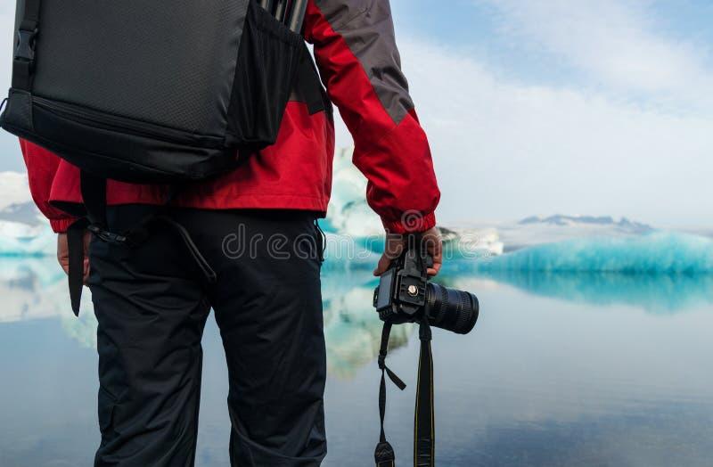 Fotograf in der Gletscherlagune in Island lizenzfreie stockbilder
