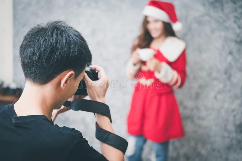 Fotograf, der mit Modell im Studio arbeitet stockfotografie