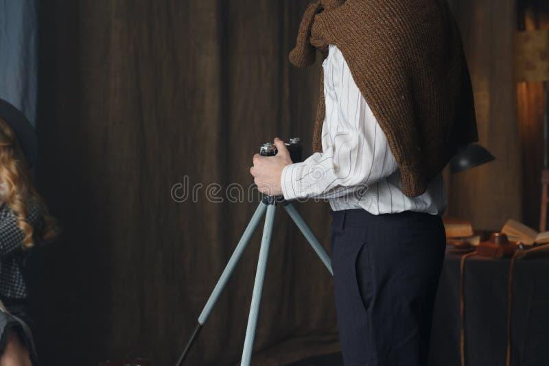 Fotograf, der mit Modell im Studio, Weinlese arbeitet lizenzfreies stockbild