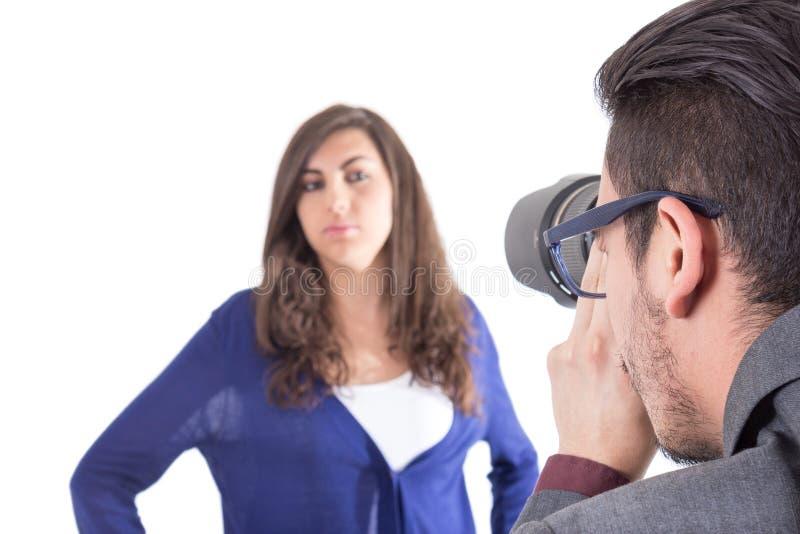 Fotograf, der schönes junges Mädchen schießt lizenzfreies stockbild