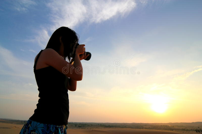 Fotograf, der am Sonnenaufgang fotografiert lizenzfreie stockfotografie
