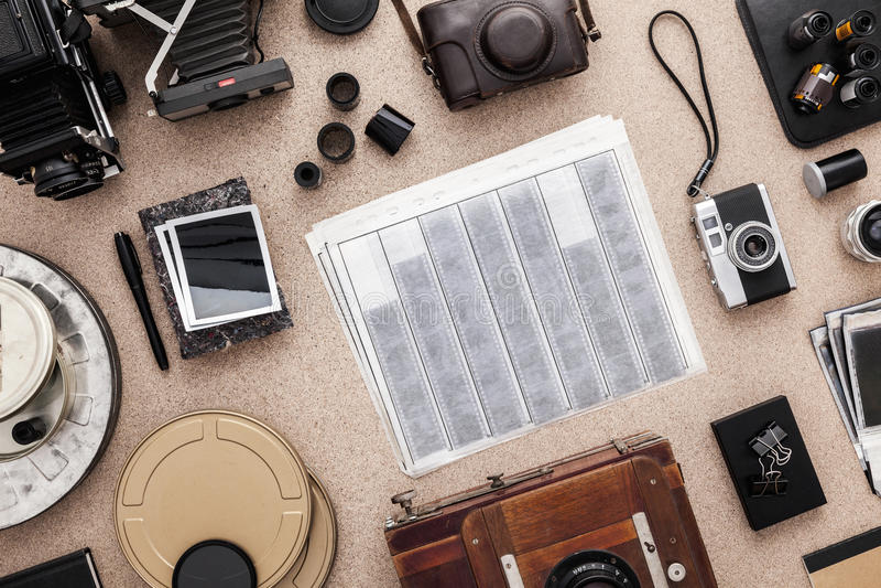 Fotograf Desk Fotografarbetsplats Fotografurklippsbok Tradional fotografi kontakter Rulle av filmer royaltyfria bilder