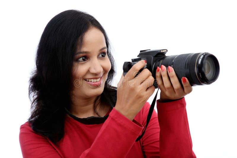 Fotograf för ung kvinna som tar bilder arkivbilder