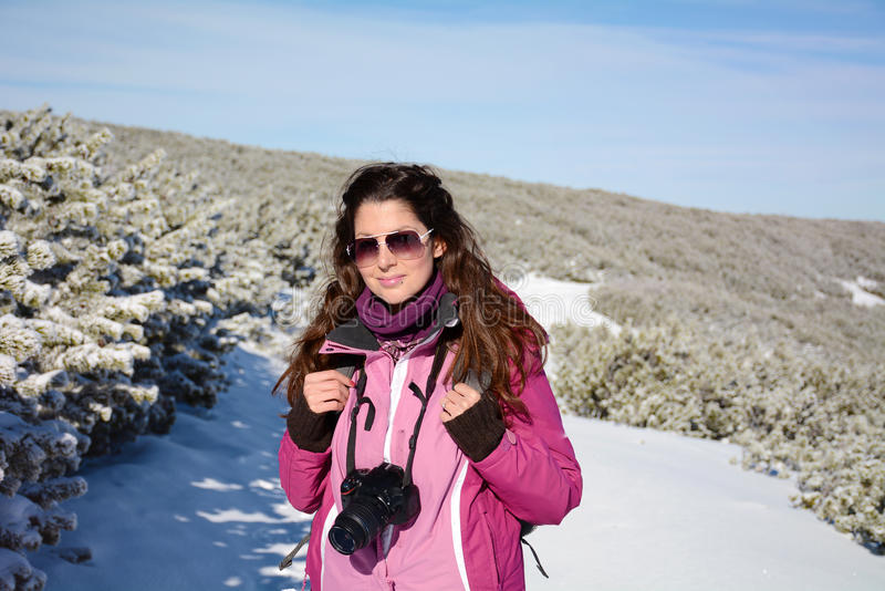 Fotograf för ung kvinna som tar foto i vinterberget royaltyfri fotografi