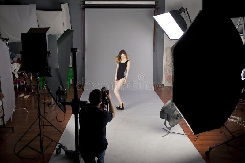 Fotograf fotografuje fachowego modela obrazy stock