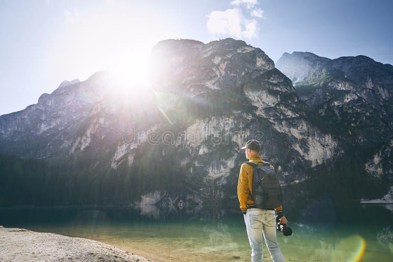 Fotograf i berg arkivbild